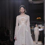 Vestido babydoll blanco con encaje floral de Valentino Alta Costura