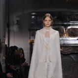Capa lisa en blanco roto de Valentino Alta Costura
