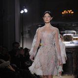 Vestido vaporoso con estampados florales multicolor de Valentino Alta Costura