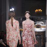 Vestidos con estampados florales en color coral de Valentino Alta Costura