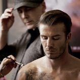 David Beckham maquillándose en el making-of de 'Bodywear for H&M'
