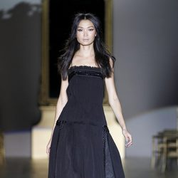 Desfile de Roberto Verino en la Fashion Week Madrid: vestido negro largo de palabra de honor