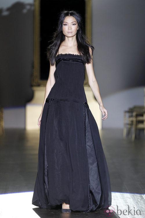 Desfile de Roberto Verino en la Fashion Week Madrid: vestido negro largo de palabra de honor