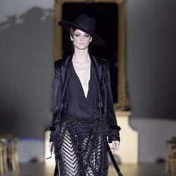 Desfile de Roberto Verino en la Fashion Week Madrid: diseño negro con cinturón de flecos
