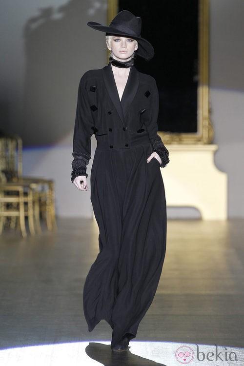 Desfile de Roberto Verino en la Fashion Week Madrid: abrigo largo y sombrero fedora negro