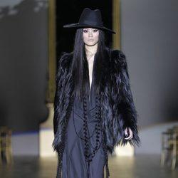 Desfile de Roberto Verino en la Fashion Week Madrid: abrigo negro de pelo