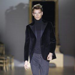 Desfile de Roberto Verino en la Fashion Week Madrid: americana negra de terciopelo de hombre