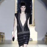 Desfile de Roberto Verino en la Fashion Week Madrid: vestido negro de pedrería y gran escote