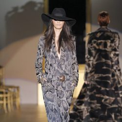 Desfile de Roberto Verino en la Fashion Week Madrid: jumpsuit ocre estampado