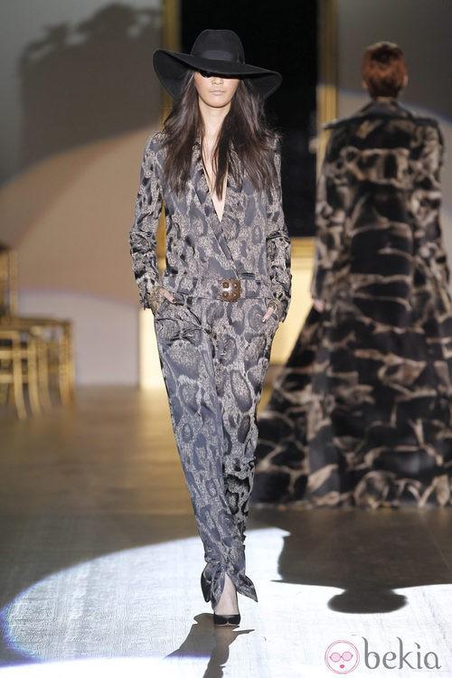 Desfile de Roberto Verino en la Fashion Week Madrid: jumpsuit ocre estampado