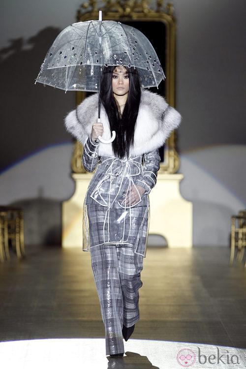 Desfile de Roberto Verino en la Fashion Week Madrid: look british de traje pantalón