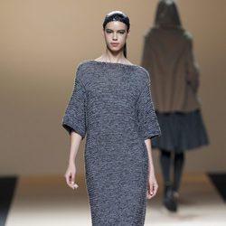 Desfile de Jesus del Pozo en la Fashion Week Madrid: vestido azul cobalto metalizado