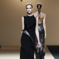Desfile de Jesus del Pozo en la Fashion Week Madrid: vestido negro de terciopelo