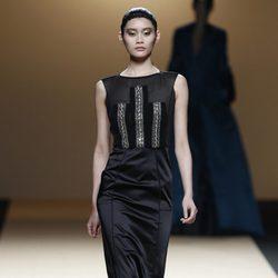 Desfile de Jesus del Pozo en la Fashion Week Madrid: vestido negro de gala con pedrería