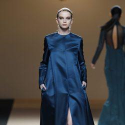 Desfile de Jesus del Pozo en la Fashion Week Madrid: vestido túnica metalizada azul