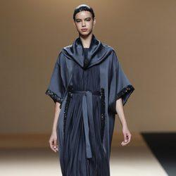 Desfile de Jesus del Pozo en la Fashion Week Madrid: vestido túnica azul con pedrería