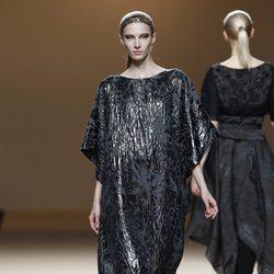 Desfile de Jesus del Pozo en la Fashion Week Madrid: vestido túnica negra metalizada