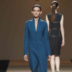 Desfile de Jesus del Pozo en la Fashion Week Madrid: vestido largo en tono azul cobalto