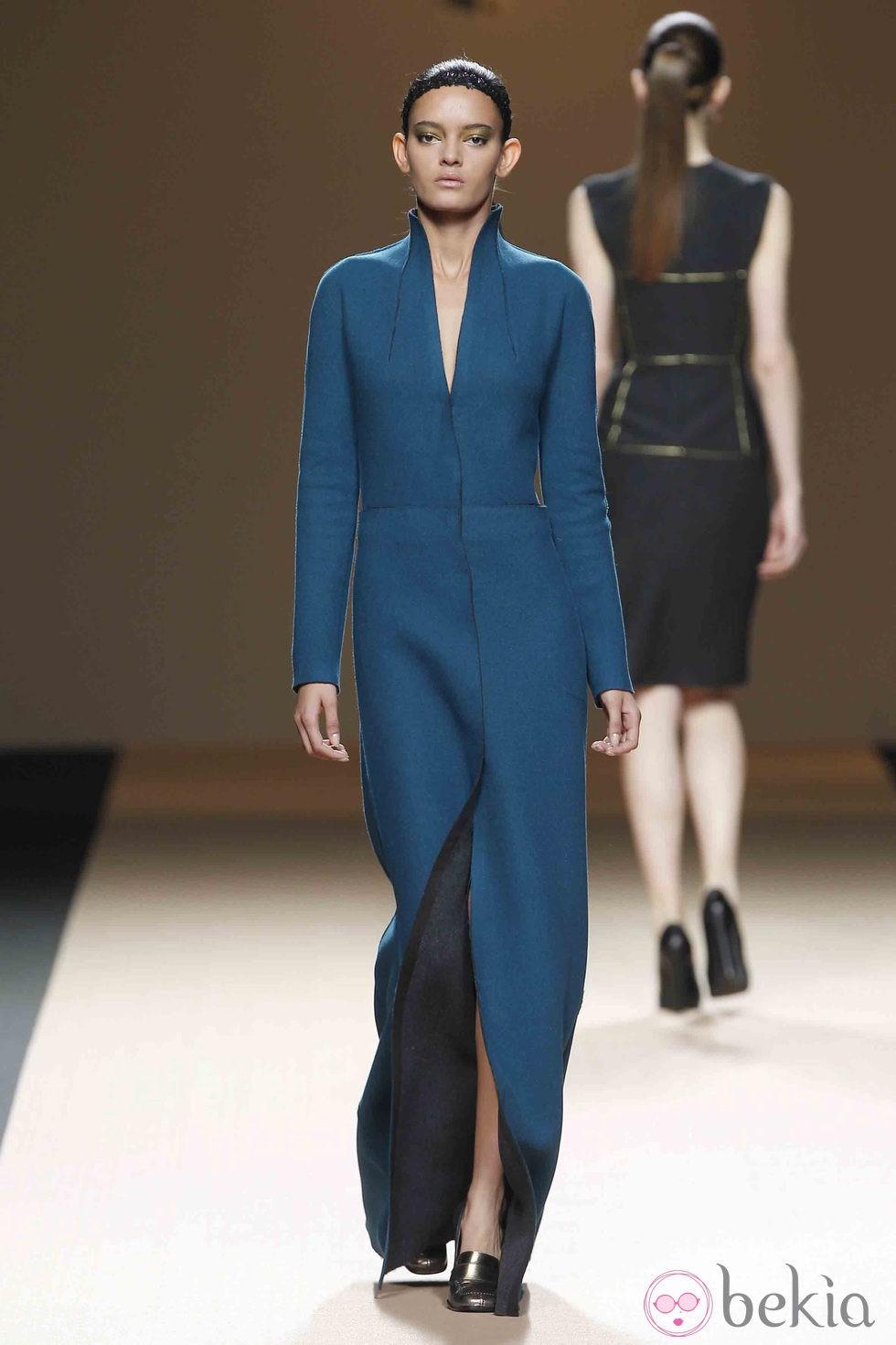 anterior desfile de jesus del pozo en la fashion week madrid vestido largo en tono azul