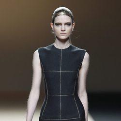 Desfile de Jesus del Pozo en la Fashion Week Madrid: vestido negro con detalles dorados