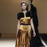 Desfile de Jesus del Pozo en la Fashion Week Madrid: vestido dorado de noche