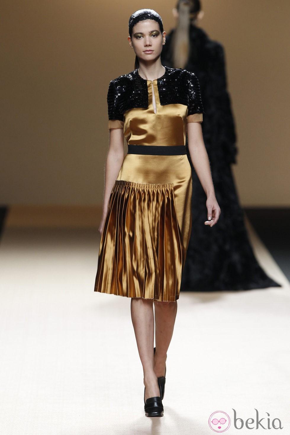 Desfile De Jesus Del Pozo En La Fashion Week Madrid Vestido Dorado De Noche Colecci N Oto O