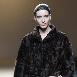 Desfile de Jesus del Pozo en la Fashion Week Madrid: abrigo negro de piel