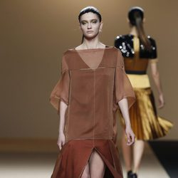 Desfile de Jesus del Pozo en la Fashion Week Madrid: vestido largo estilo túnica