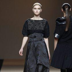 Desfile de Jesus del Pozo en la Fashion Week Madrid: camisa y falda superpuesta de forma asimétrica