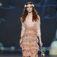 Desfile de Francis Montesinos en la Fashion Week Madrid: vestido nude con falda de plumas