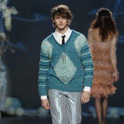 Desfile de Francis Montesinos en la Fashion Week Madrid: pantalón de cuadros  y jersey estampado para hombre