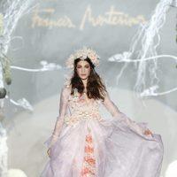 Desfile de Francis Montesinos en la Fashion Week Madrid: falda larga de plumas con chaqueta de gasa en tono rosa