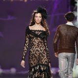 Desfile de Francis Montesinos en la Fashion Week Madrid: vestido largo de encaje negro con falda de plumas