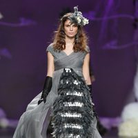 Desfile de Francis Montesinos en la Fashion Week Madrid: vestido largo gris de gasa con plumas