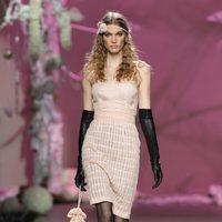 Desfile de Francis Montesinos en la Fashion Week Madrid: vestido corto de tirantes en tono nude