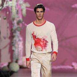 Desfile de Francis Montesinos en la Fashion Week Madrid: conjunto de pantalón dorado y orginal camiseta para hombre