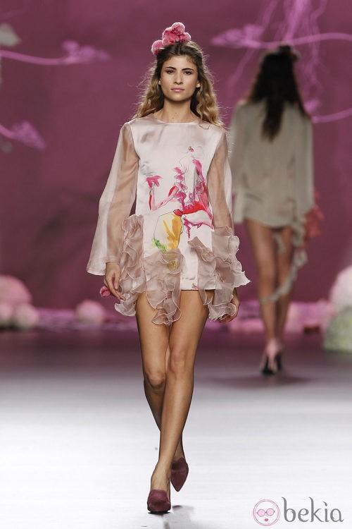 Desfile de Francis Montesinos en la Fashion Week Madrid: minivestido rosa de gasa con volantes