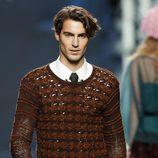 Desfile de Francis Montesinos en la Fashion Week Madrid: Jersey marrón con pantalón de cuadros para hombre