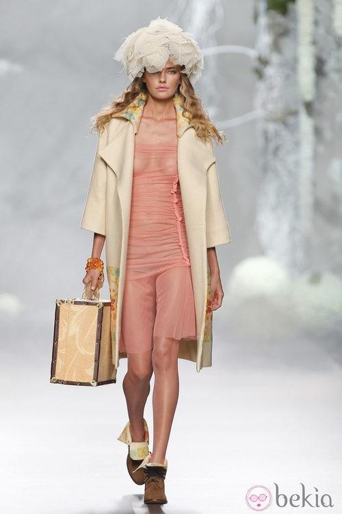 Desfile de Francis Montesinos en la Fashion Week Madrid: vestido de gasa rosa y abrigo beige