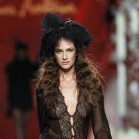 Desfile de Francis Montesinos en la Fashion Week Madrid: minifalda de lana con camisa de gasa en color negro