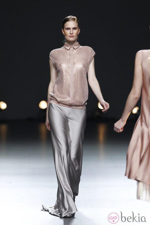 Desfile de Duyos en la Fashion Week Madrid: falda larga plata de seda