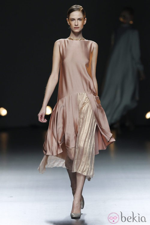 Desfile de Duyos en la Fashion Week Madrid: vestido rosa metalizado