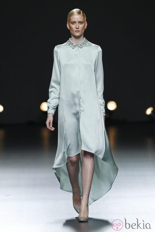 Desfile de Duyos en la Fashion Week Madrid: vestido vaporoso en color celeste
