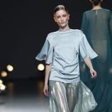 Desfile de Duyos en la Fashion Week Madrid: falda plisada en color celeste