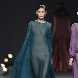 Desfile de Duyos en la Fashion Week Madrid: vestido verde transparente