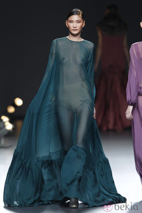 Desfile de Duyos en la Fashion Week Madrid: vestido verde transparente