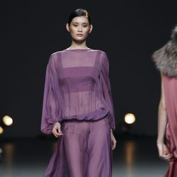 Desfile de Duyos en la Fashion Week Madrid: vestido morado transparente
