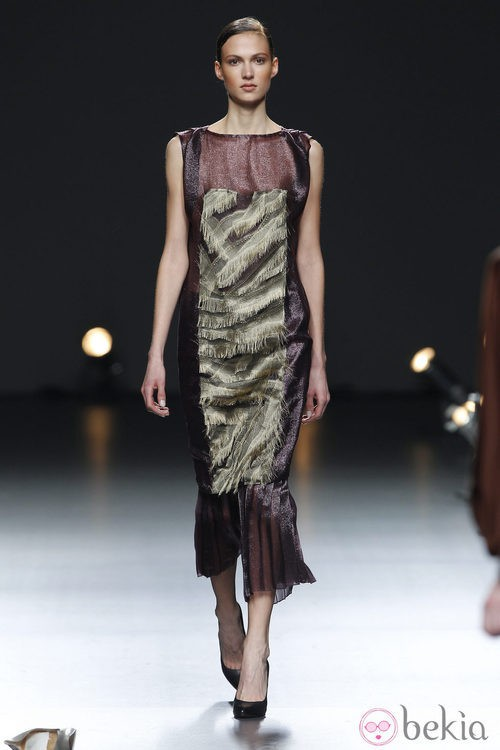 Desfile de Duyos en la Fashion Week Madrid: vestido morado y verde ceñido al cuerpo