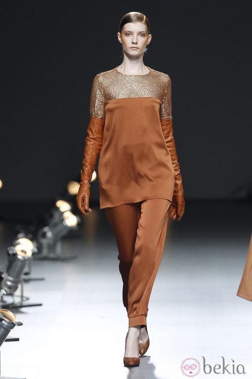 Desfile de Duyos en la Fashion Week Madrid: traje pantalón marrón