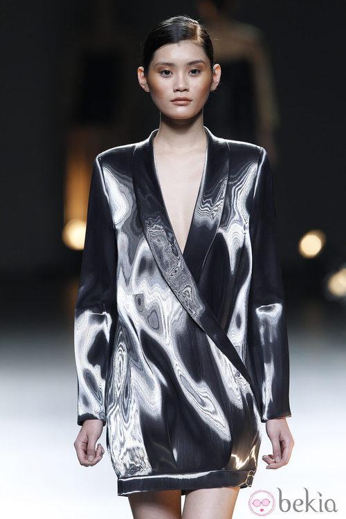 Desfile de Duyos en la Fashion Week Madrid: vestido con estampado blanco y negro